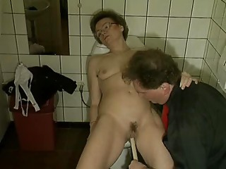 Old slut receives off on a Brush