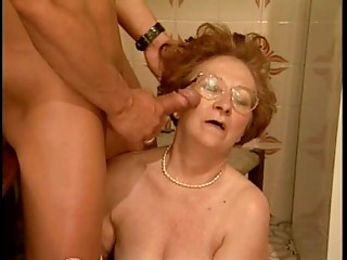 Old slut acquires screwed in the kitchen