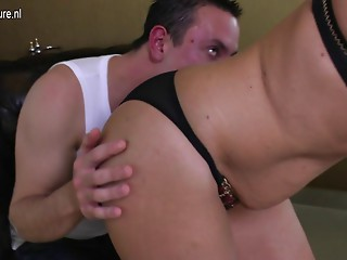 Non-professional mommy drilled by her son's most good ally
