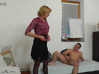 Mature grandmother paintress acquires screwed by her juvenile model