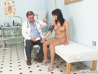 Livie gyno cougar wet crack speculum exam on gynochair